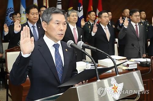 Le ministre de la Défense Jeong Kyeong-doo prête serment le 10 octobre 2018 lors d'un audit parlementaire.