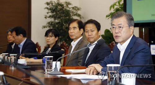 El presidente surcoreano, Moon Jae-in (dcha.), habla durante una reunión semanal con sus asesores, celebrada el 10 de octubre de 2018 en la oficina presidencial, Cheong Wa Dae, en Seúl.