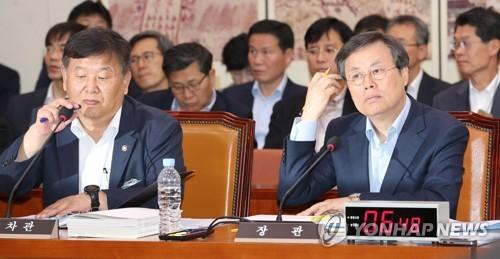 10月10日上午,在韩国国会文体委国政监查现场,都钟焕(前排左一)听取议员质询。(韩联社)