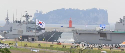 10月10日上午,在济州海军基地,相关人士忙碌筹备2018韩国海军国际阅舰式相关活动。(韩联社)