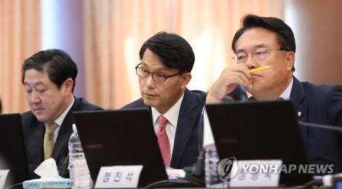 Legisladores del principal partido opositor, el Partido de Libertad Surcoreana, escuchan a la canciller Kang Kyung-wha durante una sesión parlamentaria en Seúl el 10 de octubre de 2018.