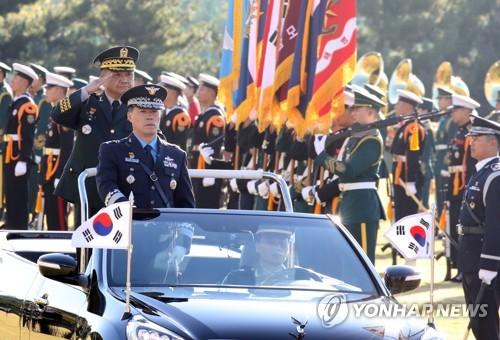 10月11日,在韩国国防部,联参议长朴汉基检阅仪仗队。(韩联社)