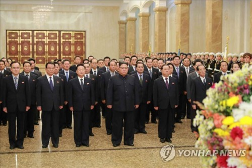 朝鮮労働党機関紙、労働新聞も11日、金委員長(中央)が錦繍山太陽宮殿を参拝したと報じた=(労働新聞=聯合ニュース)