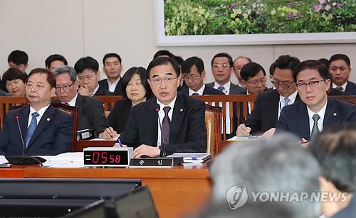 Le ministre de l'Unification Cho Myoung-gyon répond le 11 octobre 2018 à des questions de députés lors d'un audit parlementaire.