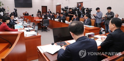 Unification Minister Cho Myoung-gyon (R) listens to lawmakers' questions during an audit of the government's handling of North Korea policy at the National Assembly in Seoul on Oct. 11, 2018. (Yonhap)