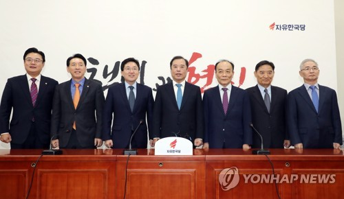 사진촬영하는 김병준 비대위원장과 조강특위 의원들