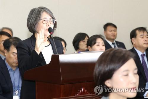 증인 선서하는 김영란