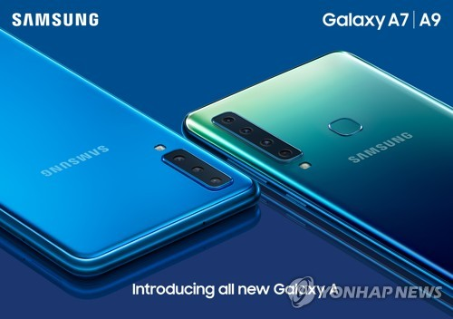 This photo provided by Samsung Electronics shows four rear cameras installed on the Galaxy A9 smartphone (R) on Oct. 11, 2018. (Yonhap)