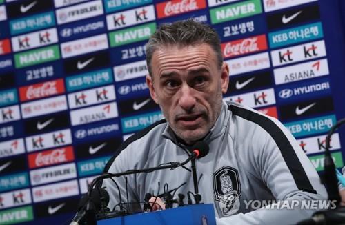El entrenador del equipo nacional de fútbol masculino de Corea del Sur, Paulo Bento da una conferencia de prensa en el Centro Nacional de Fútbol (NFC, según sus siglas en inglés) en Paju, al norte de Seúl, el 11 de octubre de 2018.