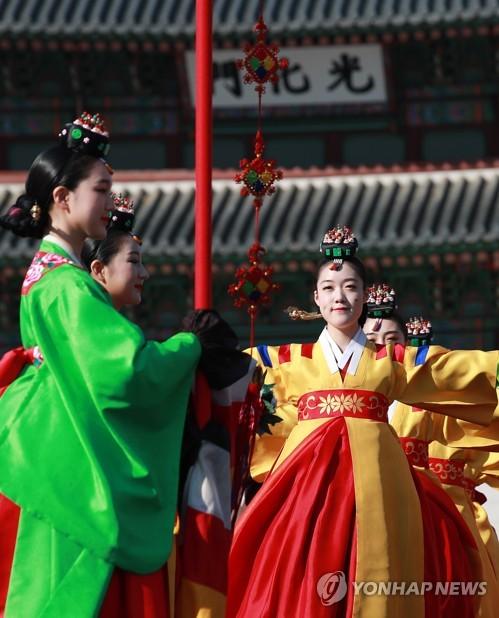 光化门前表演宫廷舞