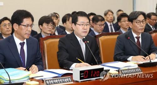 답변하는 강정민 원자력안전위원회 위원장