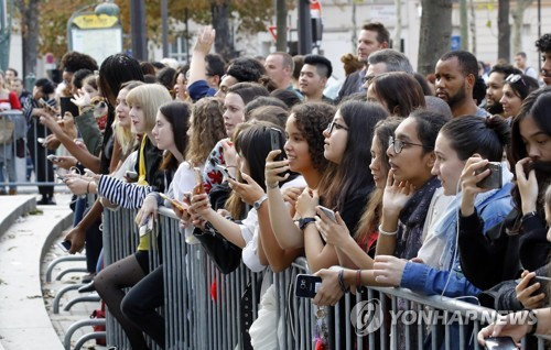 BTSが出演した韓国・フランス友情コンサートの会場を取り囲んだ欧州のファン=14日、パリ(聯合ニュース)</p><p>