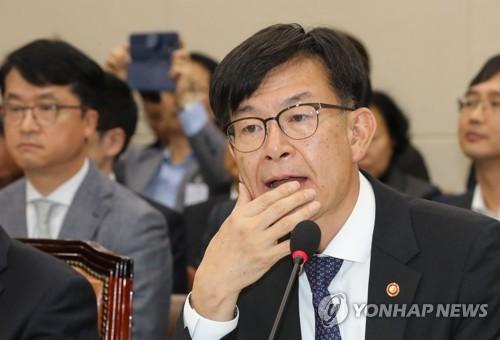 질의 듣는 김상조