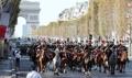 シャンゼリゼ通りでカーパレード