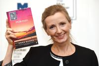 세계적 권위의 문학상인 맨부커상의 올해 수상작으로 아일랜드 소설가 애나 번스의 ′밀크맨′이 16일(현지시간) 선정됐다. 맨부커상 역사상 북아일랜드 작가가 수상하기는 이번이 처음이다.