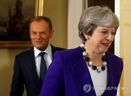 투스크 EU 정상회의 의장(왼쪽)과 메이 영국 총리 [로이터=연합뉴스 자료사진]