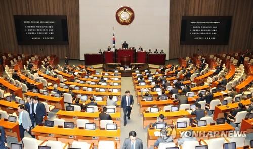헌법재판관 후보자 투표위해 이동하는 의원들