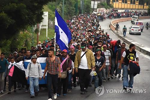 온두라스 이민 행렬 미국 향해 북진…트럼프, 중간선거 쟁점화