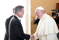 ローマ法王と固い握手