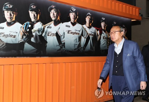 김승연 회장, 대전구장에서 한화 이글스 11년 만의 PS 관전(종합)