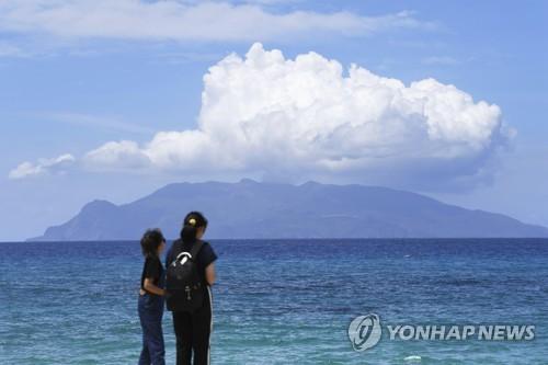 日 남부 가고시마 화산섬 분화…연기 100m 솟아