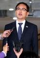 취재진 질문에 답하는 박종호 산림청 차장