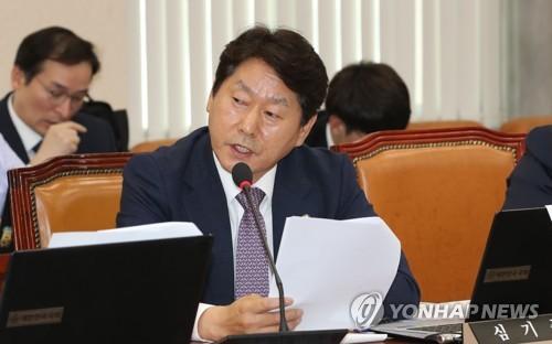 """심기준 의원, 정치자금법 위반 1심 첫 재판서 """"혐의 부인"""""""