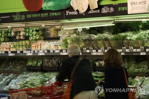 Shoppers look at vegetables at a discount store in Seoul on Oct. 23, 2018. (Yonhap)
