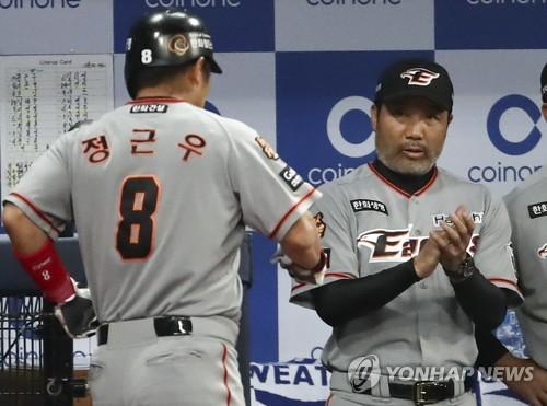 """'가을 무대 퇴장' 한용덕 감독 """"끝이 아니다…내년엔 더 높이"""""""