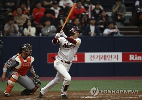 넥센, 한화 꺾고 4년 만의 PO행…8타점 임병욱 시리즈 MVP(종합)