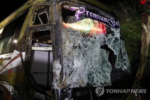 """""""도로 위 낙하물 피하려다"""" 고속버스 추락…1명 사망·13명 부상(종합2.."""