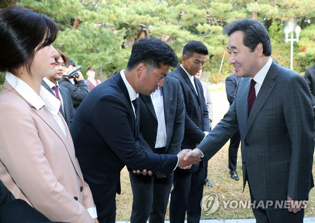 양궁 김우진과 악수하는 이낙연 국무총리