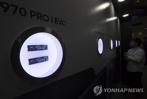 Samsung Electronics Co. presenta sus chips de memoria en una exhibición de tecnología celebrada en el COEX, en el sur de Seúl, el 24 de octubre de 2018.