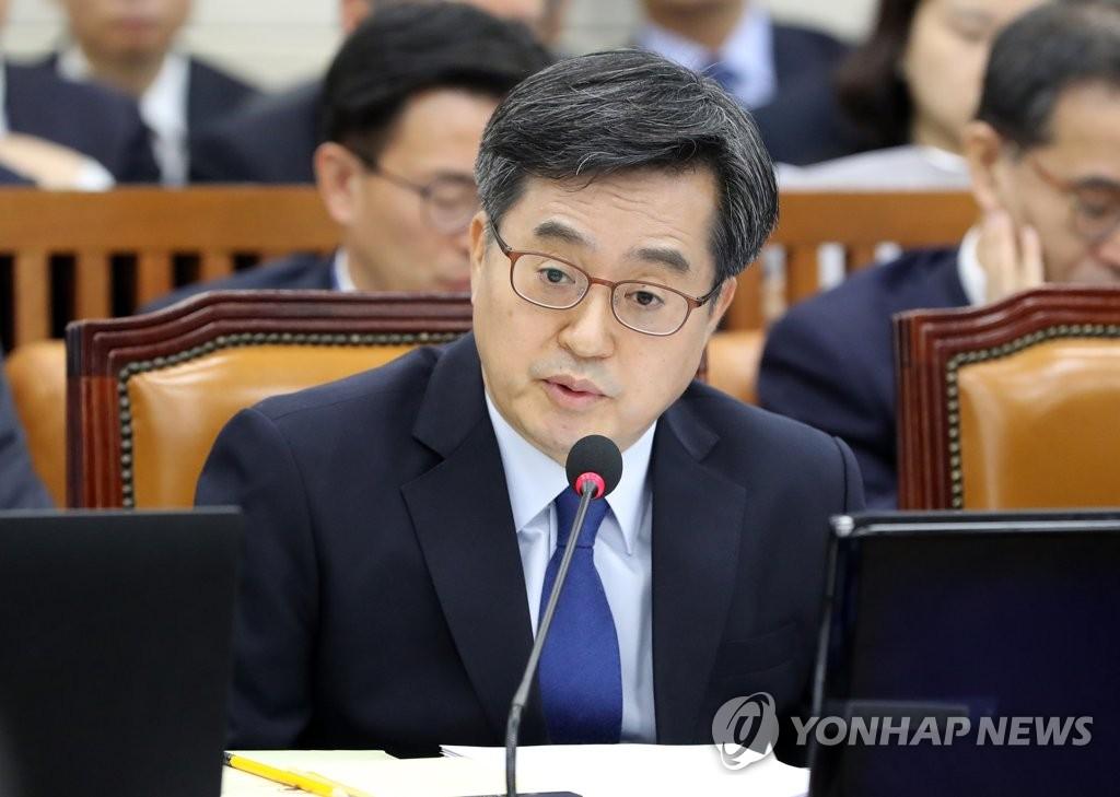 답변하는 김동연 부총리