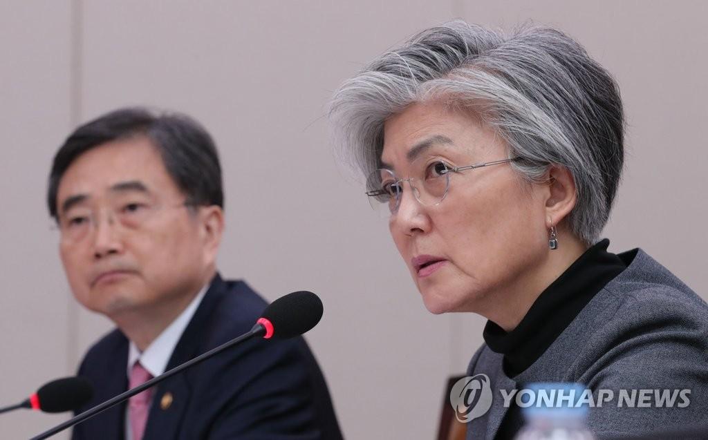 답변하는 강경화 외교부 장관