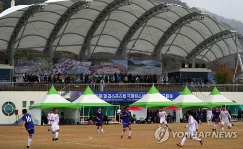 국제 유소년축구 대회 첫날 경기…궂은 날씨속 수중전 펼쳐