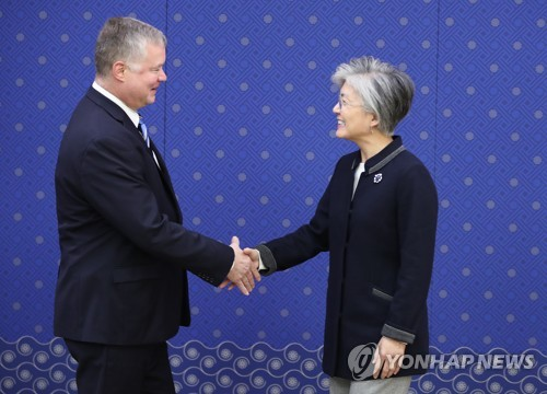 South Korean Foreign Minister Kang Kyung-wha (R) shakes hands with Stephen Biegun, the U.S. special representative for North Korea, in Seoul on Oct. 29, 2018. (Yonhap)