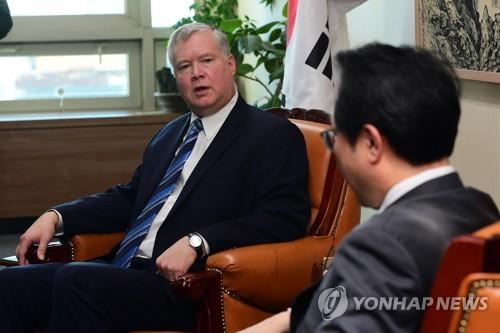10月29日上午,在韩国外交部,比根(左)与李度勋交谈。(韩联社)