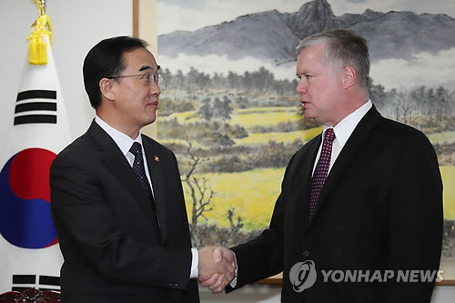 Unification Minister Cho Myoung-gyon (L) and U.S. nuclear envoy Stephen Biegun shake hands before holding a meeting in Seoul on Oct. 30, 2018. (Yonhap)