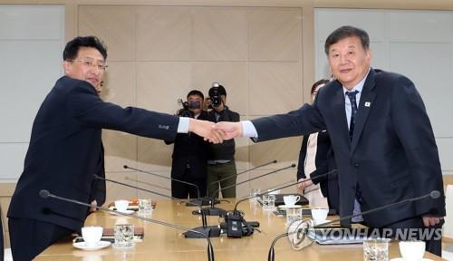 Le vice-ministre de la Culture, du Sport et du Tourisme Roh Tae-kang (à droite) et son homologue nord-coréen Won Kil-u échangent une poignée de main le vendredi 2 novembre 2018 avant la réunion sportive intercoréenne au bureau de liaison intercoréen à Kaesong. (Joint Press Corps-Yonhap)