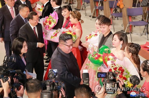북한 김정은, 북·중 예술인 합동공연 관람