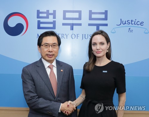 UNHCR Special Envoy Angelina Jolie shakes hands with South Korean Justice Minister Park Sang-ki after discussing global refugee issues and South Korea's treatment of Yemeni refugees who arrived on the country's resort island of Jeju in May at a government complex building in Gwacheon, just south of Seoul, Nov. 4, 2018. (Yonhap)