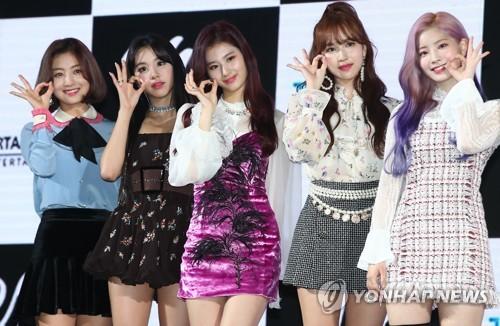 """Las cantantes de TWICE posan para unas fotos durante una presentación ante los medios de comunicación de su sexto EP, """"Yes or Yes"""", en el KBS Arena, en el oeste de Seúl, el 5 de noviembre de 2018."""