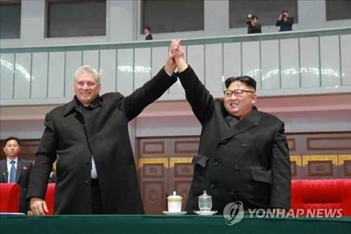 김정은-쿠바 지도자, 집단체조 함께 관람
