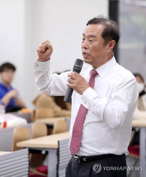 Opposition leader gives lecture