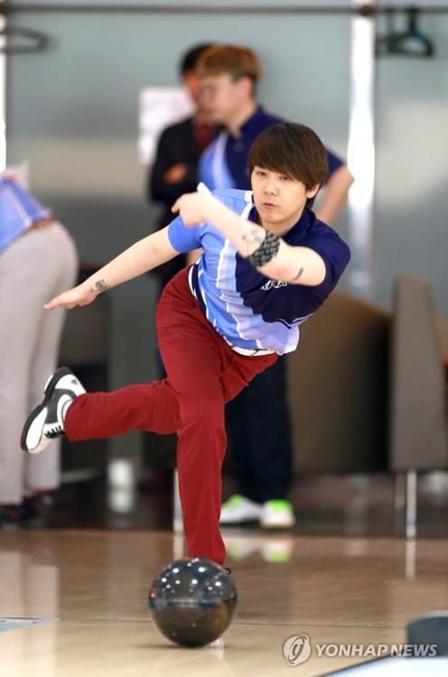 李洪基参加职业保龄球手选拔赛