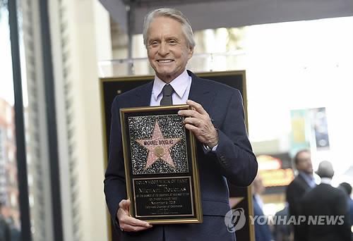 美배우 마이클 더글러스, '할리우드 명예의 거리' 입성