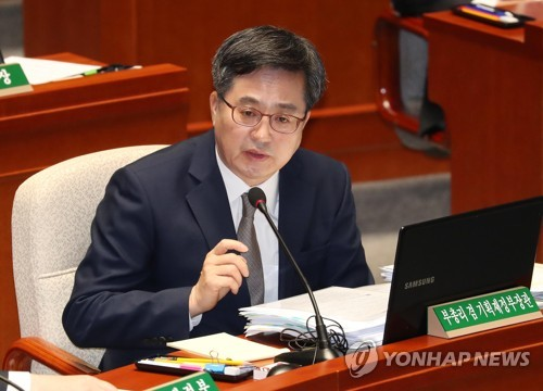 Finance Minister Kim Dong-yeon answers a lawmaker's question in a parliamentary budget committee on Nov. 8, 2018. (Yonhap)