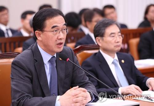El ministro de Unificación, Cho Myoung-gyon (izda.) (foto de archivo)