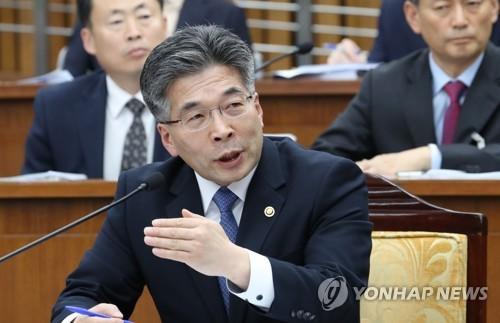 답변하는 민갑룡 경찰청장